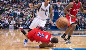 Chris Paul tumbles to the floor separating his right shoulder against the Dallas Mavericks. Thanx: USATODAYSI